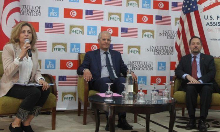 في الصورة السفير روبنستين و ضيف وضيفة اخرين خلال بعث برنامج واس آب في تونس