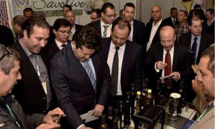 في الصورة مستثمرين يتفقدوا منتجات زيت الزيتون